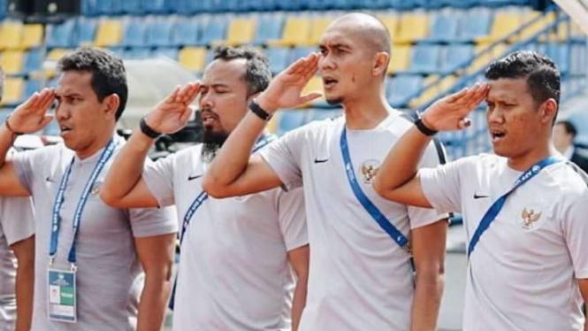 Pelatih Timnas Indonesia U-16, Bima Sakti Tukiman (kiri) bersama staf
