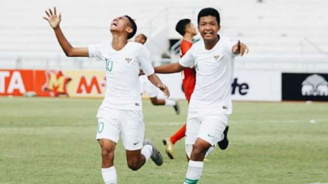 Para pemain Timnas Indonesia U-16 merayakan gol