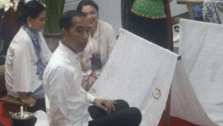 Presiden Jokowi membatik di MRT Bundaran HI.