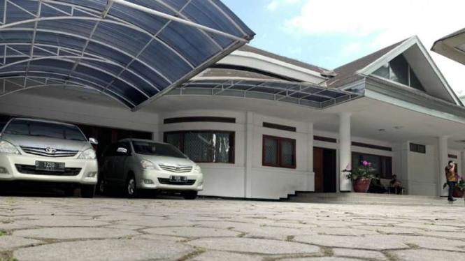 KPK menggeledah rumah dinas Sekretaris Daerah Pemerintah Provinsi Jawa Barat Iwa Karniwa di Jalan Ariajipang Nomor 2 Kota Bandung, Kamis, 1 Agustus 2019.