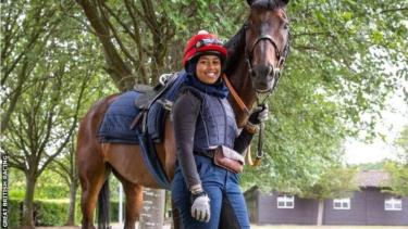https://thumb.viva.co.id/media/frontend/thumbs3/2019/08/01/5d42be9f109c3-kisah-remaja-perempuan-berjilbab-yang-mengukir-sejarah-pada-lomba-pacuan-kuda-di-inggris_375_211.jpg
