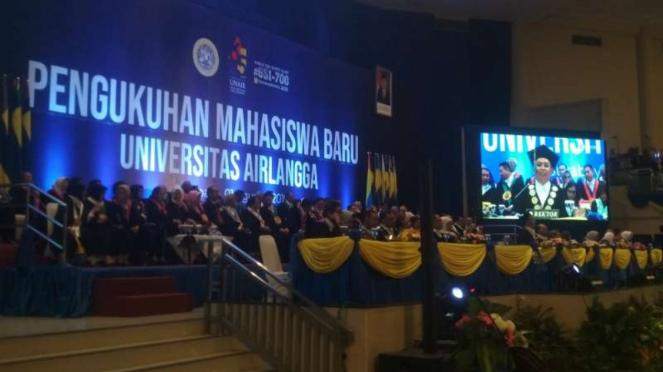 Pengukuhan ribuan mahasiswa baru di Universitas Airlangga Surabaya, Jawa Timur,