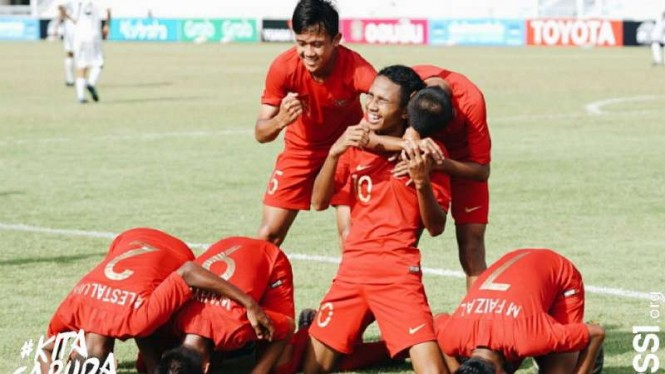Pemain Timnas Indonesia U-15 rayakan gol.