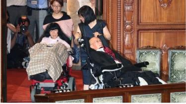 https://thumb.viva.co.id/media/frontend/thumbs3/2019/08/02/5d43cf06964cd-dua-penyandang-disabilitas-parah-terpilih-menjadi-anggota-parlemen-jepang_375_211.jpg
