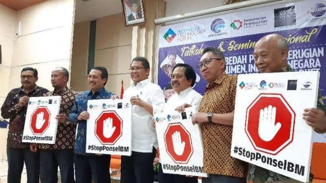 Menkominfo Rudiantara (tengah) dan Tagar Stop Ponsel BM atau Ponsel Ilegal di Jakarta, Jumat, 2 Agustus 2019.