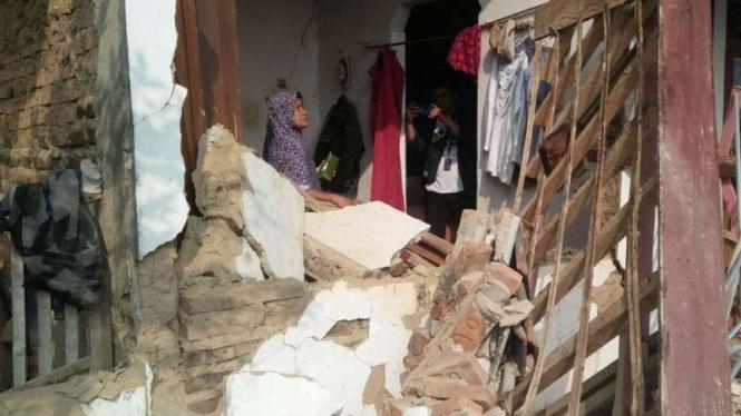 Rumah warga rusak parah usai gempa 6,9 SR mengguncang Banten.