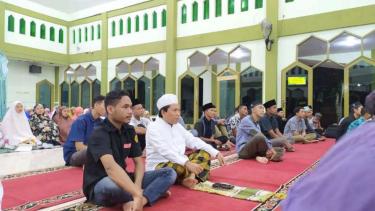 Rektor Unram, Prof. Lalu Husni bersama mahasiswa mendengar ceramah di masjid.