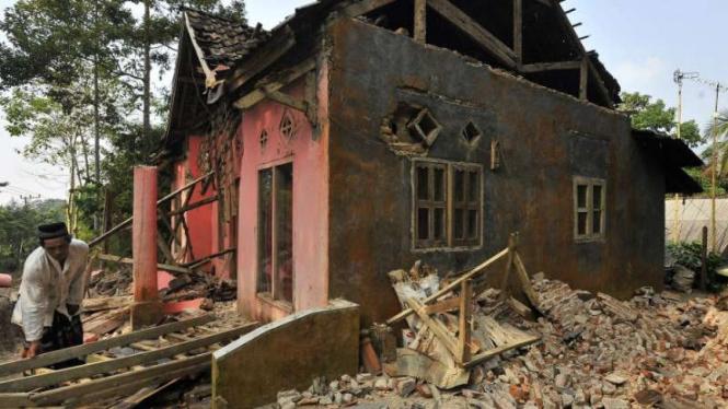 Rumah rusak akibat diguncang gempa di Kecamatan Mandalawangi, Pandeglang, Banten
