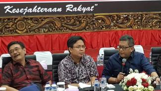 https://thumb.viva.co.id/media/frontend/thumbs3/2019/08/03/5d4595ef62aa5-direktur-eksekutif-indikator-politik-indonesia-burhanuddin-muhtadi-di-dpp-pdip_325_183.jpg