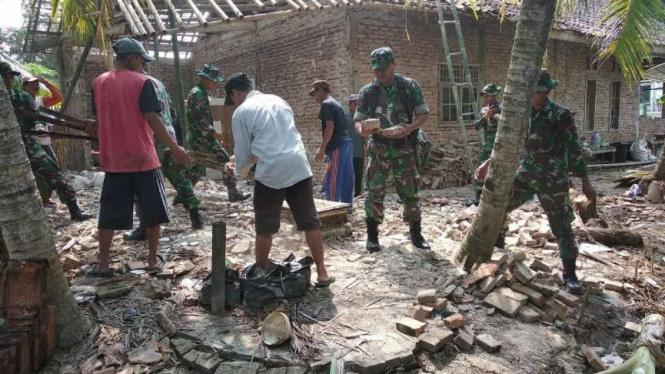 Personel TNI membantu korban gempa