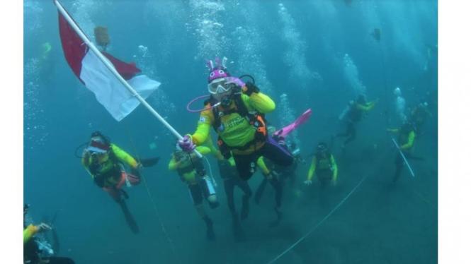 Peserta Wanita Selam Indonesia Kibarkan Bendera Dibawah Air Laut (Foto:Humas Polri)