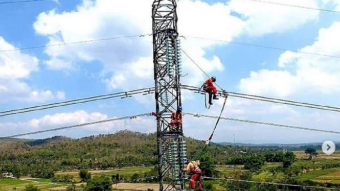 Petugas PLN melakukan pemeliharaan instalasi listrik