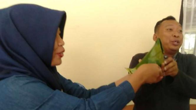 Mantan terpidana pelanggaran UU ITE, Baiq Nuril, kuliner khas Lombok Tengah kepada pengacara dan relawan di kampus Fakultas Hukum Universitas Mataram, Kota Mataram, Senin, 5 Agustus 2019.