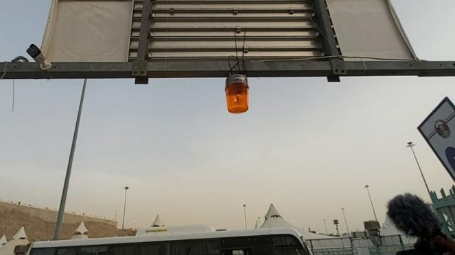 Lampu penanda di tenda jemaah haji Indonesia di Mina untuk melempar jumrah