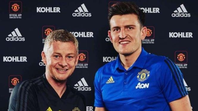 Pemain baru Manchester United, Harry Maguire (kanan)