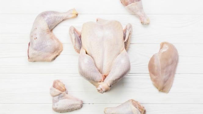 Daging ayam mentah.