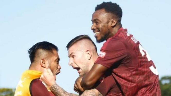 Para pemain PSM Makassar merayakan gol Aaron Evans (tengah)