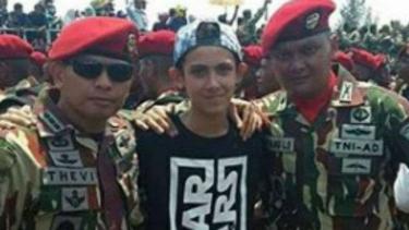 Enzo (tengah) taruna Akmil blasteran yang tengah viral