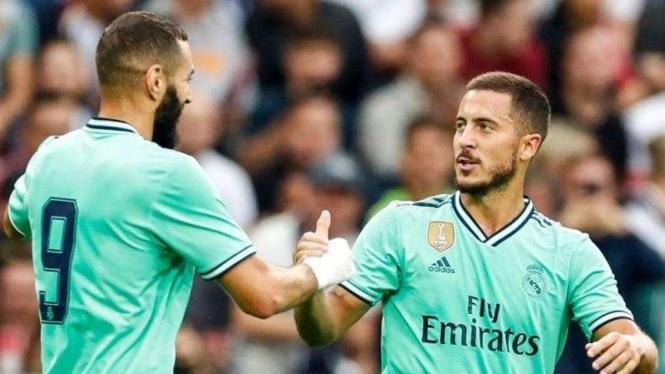 Eden Hazard (kanan) merayakan gol debut untuk Real Madrid bersama Karim Benzema