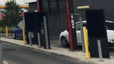 https://thumb.viva.co.id/media/frontend/thumbs3/2019/08/08/5d4b5514c8d3c-bayar-makanan-menggunakan-hp-di-drive-through-australia-bisa-kena-tilang_375_211.jpg