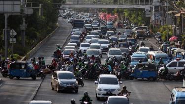 https://thumb.viva.co.id/media/frontend/thumbs3/2019/08/08/5d4b562ea6117-kebijakan-nomor-ganjil-genap-diperluas-sepeda-motor-tidak-termasuk-karena-terganjal-kebijakan-ahok_375_211.jpg