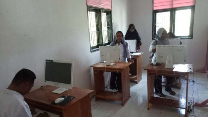Suasana belajar di laboratorium terpadu Desa Bulangita.