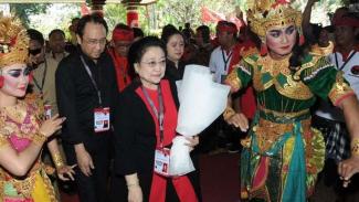 Megawati Soekarnoputri dengan Puan Maharani dan Prananda Prabowo di Kongres PDIP