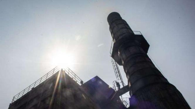 Cerobong asap di pabrik peleburan baja PT Hong Xin Steel Cakung Jakarta.