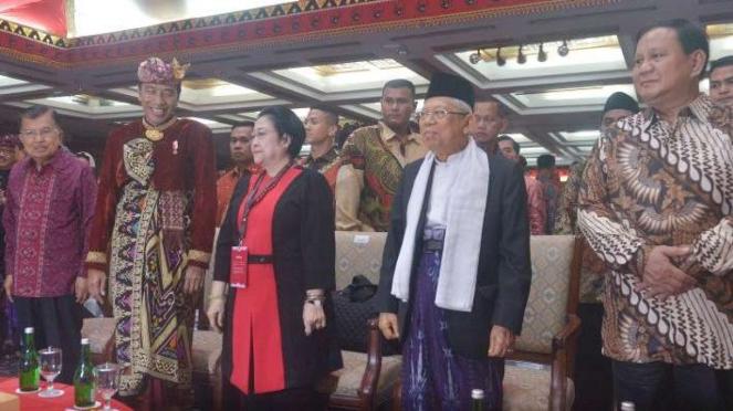 Presiden Joko Widodo bersama Ketua Umum PDIP Megawati Soekarnoputri, Wapres Jusuf Kalla, Cawapres Terpilih Maruf Amin, dan Ketua Partai Gerindra Prabowo Subianto dalam Kongres V PDIP di Bali.