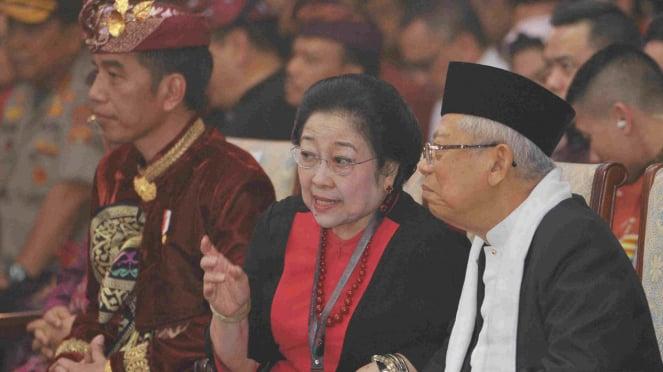 Presiden Jokowi (kiri) bersama Megawati (tengah) saat kongres PDIP di Bali