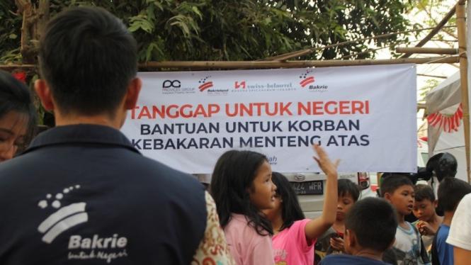 Bakrie Amanah saat menyalurkan bantuan sembako untuk para korban kebakaran pada Kamis (8/8).