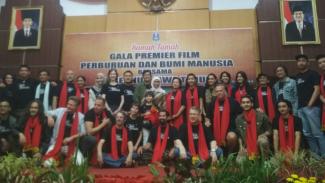 Kru dan pemain Bumi Manusia dan Perburuan bersama Gubernur Jawa Timur, Khofifah.