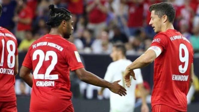 Penyerang Bayern Munich, Robert Lewandowski (kanan)