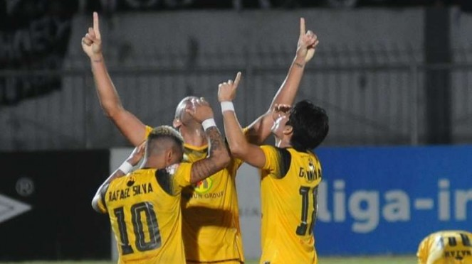 Para pemain Barito Putera merayakan gol