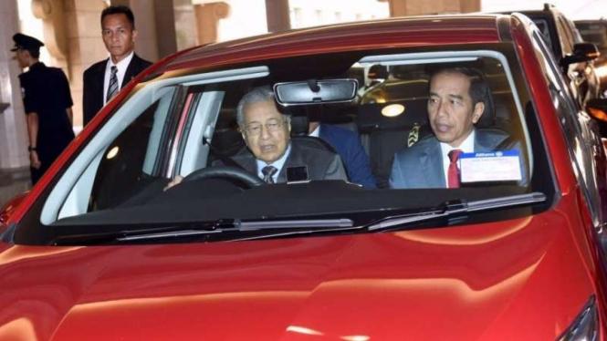 Melihat Mobil yang Ditumpangi Mahathir dan Jokowi.