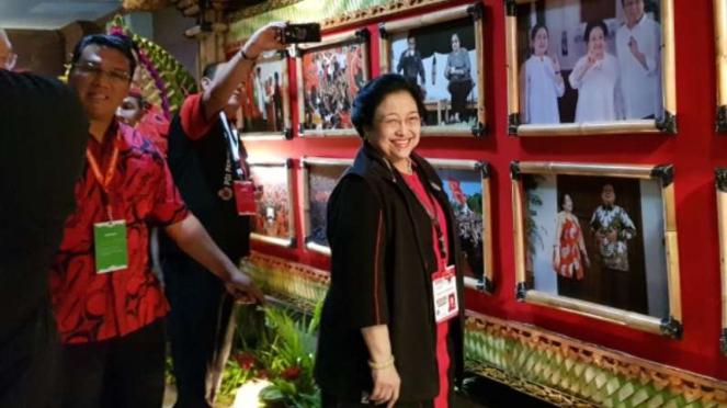 Ketua Umum PDIP Megawati Soekarnoputri di depan fotonya bersama Prabowo.