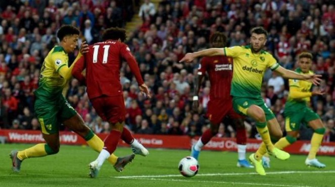 Winger Liverpool, Mohamed Salah (11), mencetak gol ke gawang Norwich City