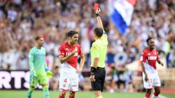 Gelandang AS Monaco, Cesc Fabregas, menerima kartu merah