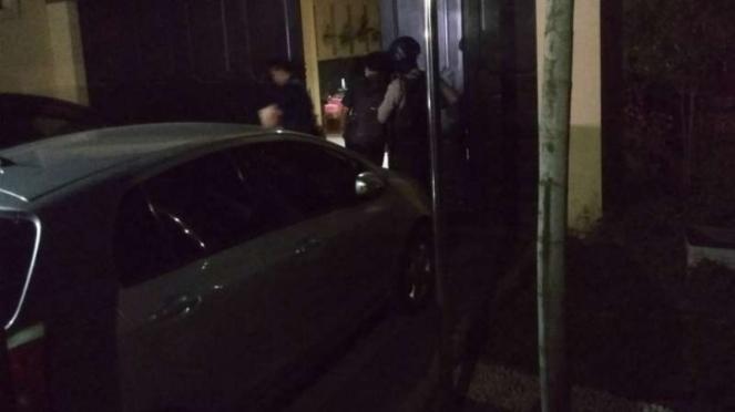 Tim KPK membawa koper berisi barang bukti dari rumah Karsali di Sakura Regency,