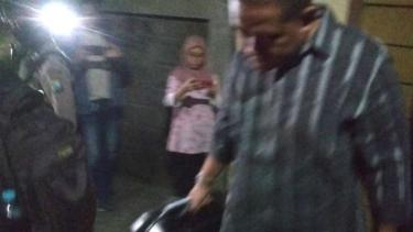 Tim KPK membawa koper berisi barang bukti dari rumah Karsali di Sakura Regency, Ketintang, Surabaya, pada Jumat, 9 Agustus 2019.