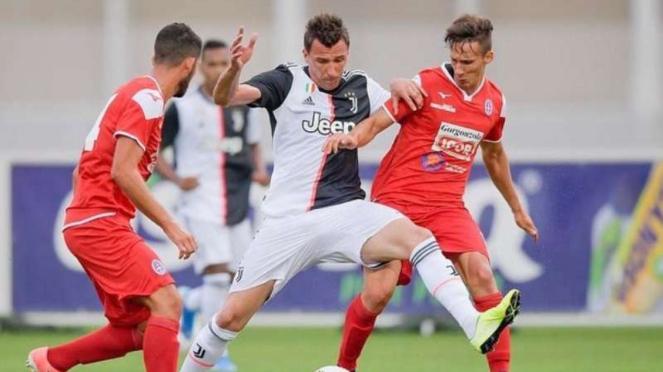Penyerang Juventus, Mario Mandzukic (tengah)