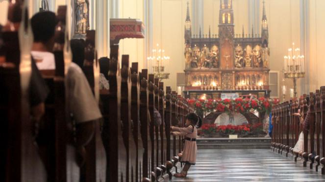 Umat kristiani mengikuti misa natal keluarga dan anak-anak di Gereja Katedral, JUmat kristiani mengikuti misa natal keluarga dan anak-anak di Gereja Katedral, Jakarta, Kamis (25/12/2014).