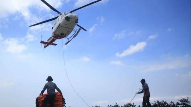 Helikopter BNPB terbang untuk melakukan water bombing di Gunung CIremai.
