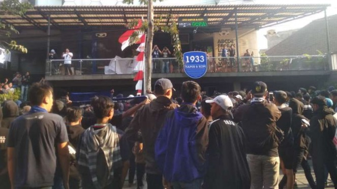 Suporter Persib Bandung, Bobotoh, menggelar aksi demonstrasi.