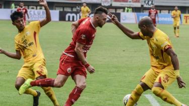 Striker Persija Jakarta, Marko Simic (tengah) saat menghadapi Bhayangkara FC.