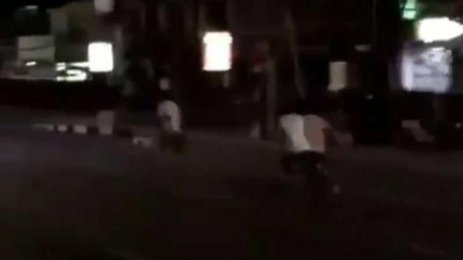 Turis Australia dikejar warga Bali karena bikin rusuh di jalanan.