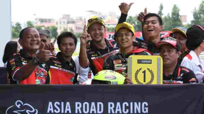 Pembalap Bike Corner SYS KYT Racing Team, Rafid Topan Sucipto (tengah).
