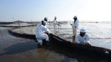 https://thumb.viva.co.id/media/frontend/thumbs3/2019/08/12/5d50ad638b18e-atasi-tumpahan-minyak-di-laut-karawang-pertamina-janjikan-akhir-september-rampung_375_211.jpg