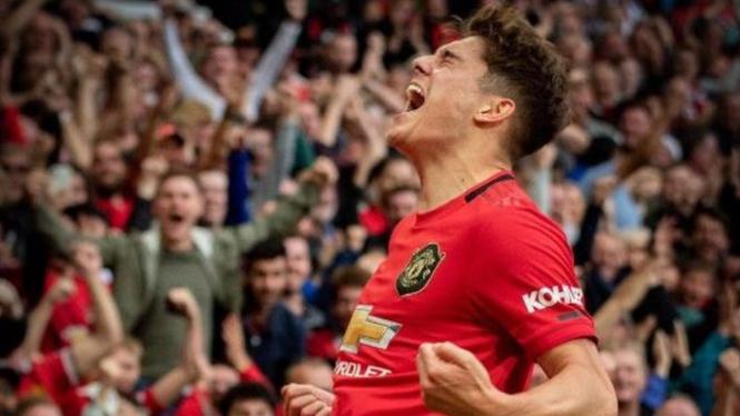 Winger Manchester United, Daniel James berselebrasi usai cetak gol ke gawang Che