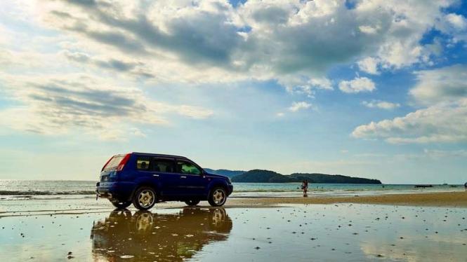 Ilustrasi mobil di pantai